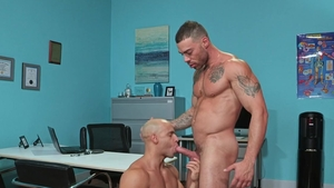 Hot House - Carlos Lindo smashed by doctor Sean Zevran